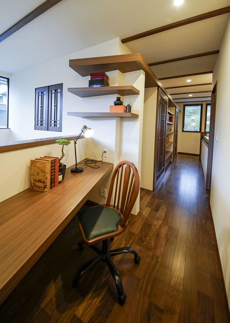 吹き抜けでリビングとつながる、ほどよい距離感の書斎コーナー。|アイデア|インテリア|おしゃれ|吹き抜け|自然素材|飾り棚|