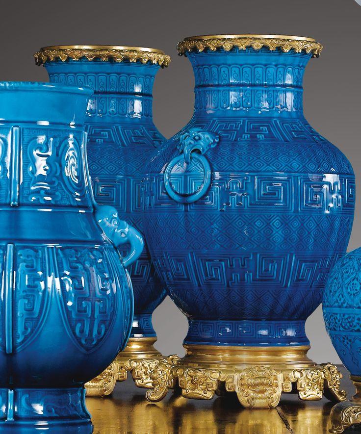 Paire de vases en faïence bleu turquoise à monture de bronze doré, par Théodore Deck, vers 1880. A PAIR OF GILTBRONZE MOUNTED TURQUOISE BLUE EARTHENWARE VASES, BY THÉODORE DECK, CIRCA 1880 à l'imitation des vases de Chine Haut. 39 cm