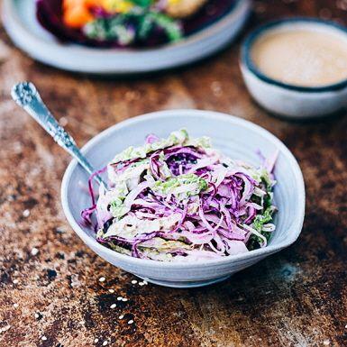 Blanda savojkål och rödkål i en krämig sallad  med asiatisk smak av lime, japansk soja och koriander. Suveränt tillbehör till falafel och andra vegetariska biffar, men även till revbensspjäll och grillad kyckling. Savojkål går att byta mot vit- eller spetskål.