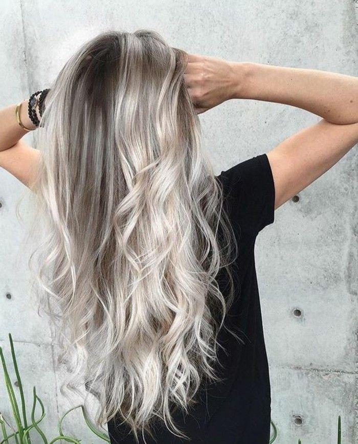 Et brosse ses longs cheveux blonds