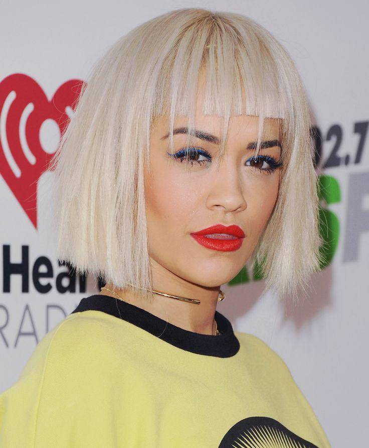 Chris Appleton, hairstylist di Rita Ora, ha realizzato questo caschetto geometrico biondo platino che le sta molto bene. Segni particolari? La frangia tagliata di netto con dei ciuffi più lunghi che le cadono sulla fronte.  -cosmopolitan.it