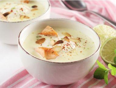 Für die Topinambur-Suppe mit Mandeln die Topinambur und Zwiebel schälen, in einen Topf mit etwas Öl anschwitzen bis die Zwiebel glasig sind und mit