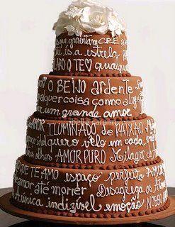 Bolo de casamento de chocolate, decorado com poema.