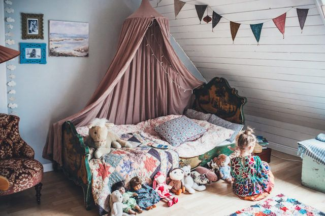 Gorgeous vintage toddler bed in a bohemian scandinavian kid's room