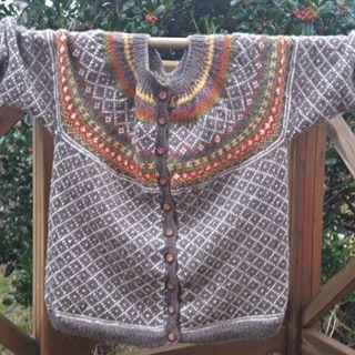 #røverkofta i litt bedre lys #wiola #kofte #dropsgarn #diy #madebyme #hjemmelaga #knitstagram #knitting #wool #hjemmelaga #iloveknitting #strikkeglede