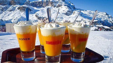 Bombardino: 500ml vaječného koňaku, 250ml whisky, 200ml mléka, 250ml smetany ke šlehání, holandské kakao