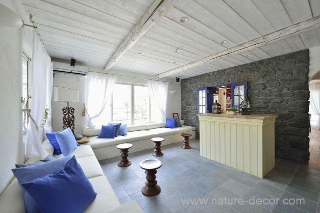 大田区N邸のテーマは「地中海の白い家」。様々な素材の白のバリエーションに地中海ブルーがアクセントに なったリゾート感溢れるインテリアデザインです。人が集まり、音を奏で、ホームバーで会話が弾み... まさに、人生を楽しむ為の家です。この家はリノベーションによって住まいが180度、様変わりしました。 ネイチャーデコールのデザインリノベーション術をぜひこの機会にご覧ください。