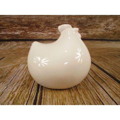 Kura ceramiczna to okazała dekoracja na stoły meble lub do ogrodu. Z zewnątrz szkliwiona ceramika nadaje połyskliwą poświatę w celu podniesienia wartości estetycznej. Kura wykonana jest z ceramiki i może być wykorzystane również jako artykuł dekoracyjny do kompozycji wiosennych lub wielkanocnych.