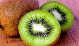 Kiwi schneiden: Mit dieser Anleitung ist es ganz einfach
