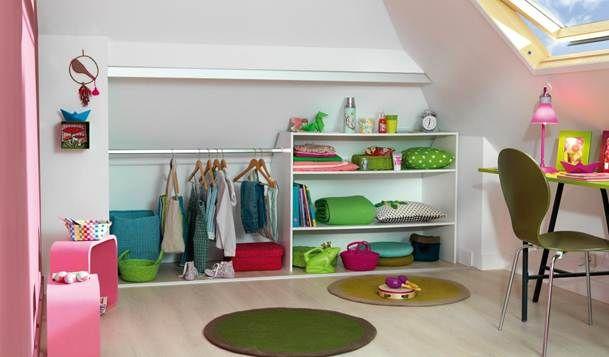 Vos petits ont besoin d'un espace rangement ? Avec cet aménagement astucieux sous comble à leur hauteur muni d'étagères et d'une penderie, ils vont enfin pouvoir eux-mêmes ranger leur chambre comme des grands : le rêve !