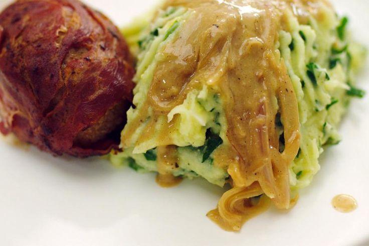 Deze blinde vinken met spinaziestoemp zijn echte dagelijkse kost voor een vrijdagavond. In plaats van het traditionele kalfslapje wikkelt Jeroen pancetta rond het gehakt en naar het schijnt moet je ze dan 'slavinken' noemen. Hij geeft er stoemp met spinazie bij en een stevige saus met uien en mosterd. Vergeet bij het serveren niet om een kuiltje in de stoemp te maken waar de saus in gaat…