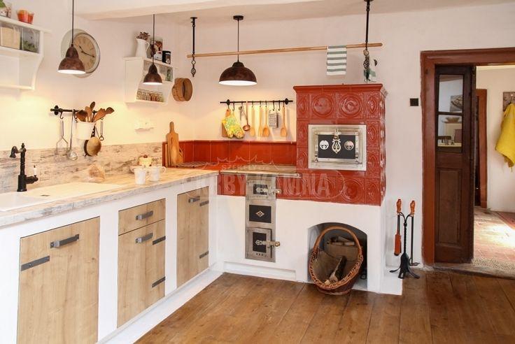 Kuchyňská kamna napojená na kuchyňskou linku. Takovéto provedení jsme navrhovali na přání klientky. Tento kachlový sporák má zabudovaný teplovodní výměník a vytápí celou chalupu. #pec #kamna #sporak #kachlace