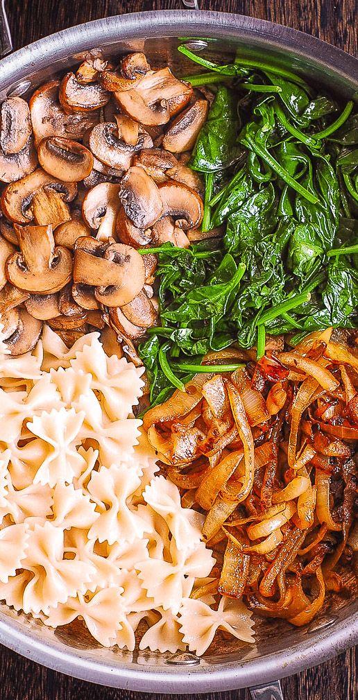 Cremige Nudeln mit Champignons, Spinat, karamellisierten Zwiebeln