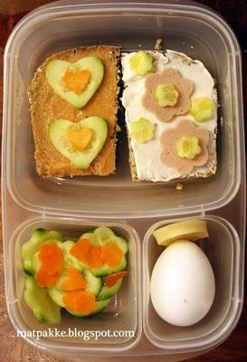 Ellers er det brødskiver med kokt skinke og med kaviar, gulrot og agurk, paprika og ost. Minsten har fått kokt egg også, for det er han så glad i.