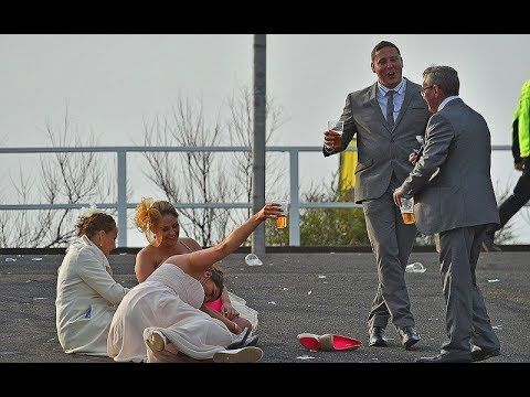 Как в Англии прошел День леди. Пикантные фото пьяных в стельку британок. В небольшом английском городке Эйнтри, что близ Ливерпуля, ежегодно проводят скачки ...