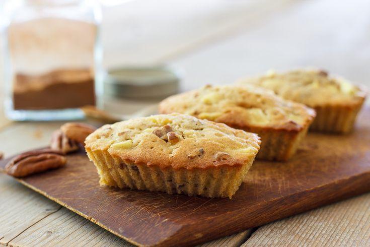 """Heeeeerlijke luchtige mini-appelcakes met pecannoten!! Als je """"muffin""""vormpjes niet te hoog vult is t beslag voldoende voor 16 kleine """"muffins""""!"""