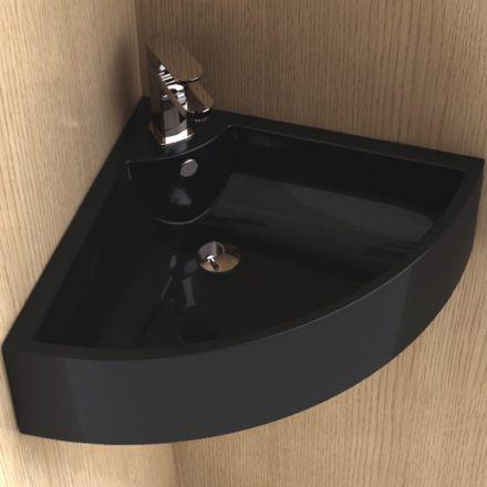 Lavabo d'angle suspendu en céramique noire. Design très original et finition cache trop plein en acier chromé. Céramique antibactérienne résistante aux rayons de soleil et aux rayures. Fixations incluses, robinet et siphon en option