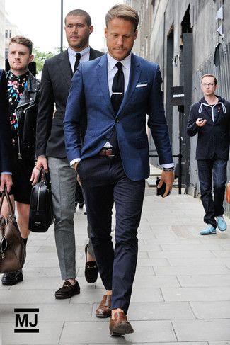 Look de moda: Blazer Azul Marino, Camisa de Vestir Blanca, Pantalón Chino Azul Marino, Mocasín de Cuero Marrón
