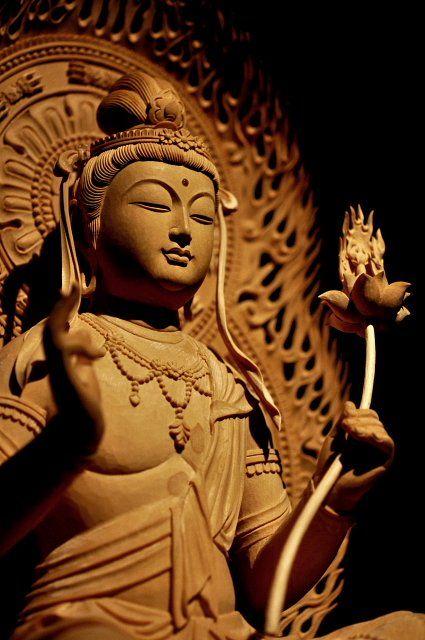 普賢菩薩 辰年巳年生まれの守り本尊 梵名のサマンタ・バドラとは「普く賢い者」の意味であり、彼が世界にあまねく現れ、仏の慈悲と理知を顕して人々を救う賢者である事を意味する。また、女人成仏を説く法華経に登場することから、特に女性の信仰を集めた。文殊菩薩とともに釈迦如来の脇侍として祀られることが多い。白象にのった姿であらわされる。