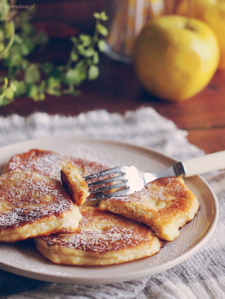 The recipe for delicious pancakes with ricotta cheese and apples with honey and cinnamon.