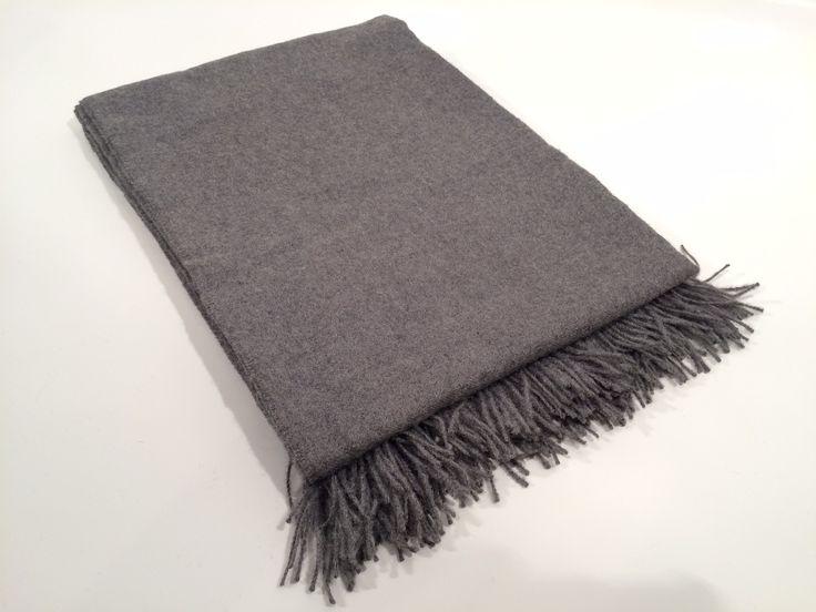 Finissimo plaid in lana d'Alpaca, elegantissimo buttato su divani e poltrone, caldo e avvolgente come coperta, perfetto da usare come scialle.