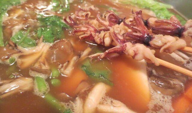 グッタリ遅くなりあるものまとめて1鍋へ... 干し椎茸の出汁と赤味噌でこくまろスープに! イカなんかも串刺しで入れて、ちょっと楽しくなったのです  夫が「小さい」と着なくなったセーターを着て夫の匂いフガフガ、安堵感。 ぼっち変態行為が止まりません - 149件のもぐもぐ - ひとり味噌ちゃんこ(闇)鍋。 by HKhuuuka
