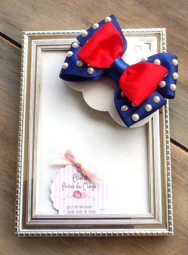 Laço em cetim azulão e vermelho, com aplicação de pérolas, temático da Galinha Pintadinha.  Disponível no bico de pato de 4,5 cm, na faixinha de meia de seda fina ou na tiara. Um gracioso acessório para compor o look das princesinhas.