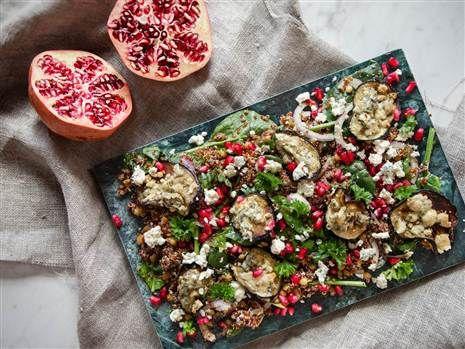 Ädelostgratinerad aubergine på quinoa- och granatäppelsallad. Vacker och fräsch! Recept: Mari Bergman Foto: Susanna Livijn Wexell