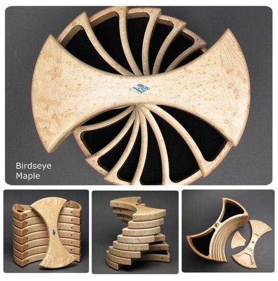 Esta caja de joyería único llamada La caja helicoidal, es un diseño de cuadro simétrico rotativo que gira alrededor de una varilla de acero inoxidable. Los compartimientos de 14 están bordeados de Ultrasuede reciclado genuino. En forma de diamante incrustaciones de abalone shell se utilizan para realzar la belleza de las cumbres. Dos compartimentos ocultos se encuentran por debajo de la parte superior y se llevan a cabo en lugar por los imanes de tierras raras. Estas cajas son finamente…