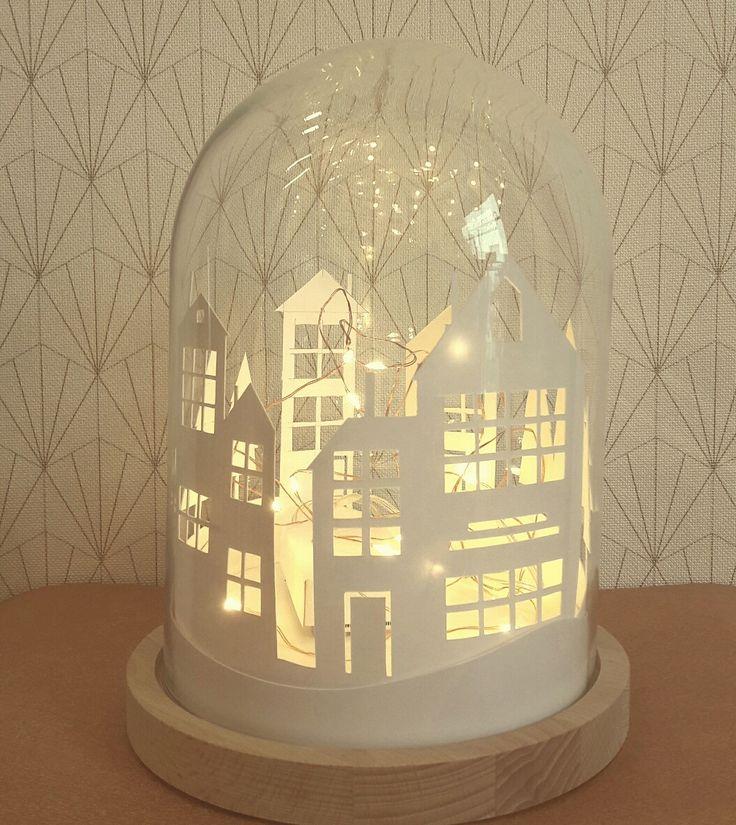 Décor de Noël : village lumineux sous cloche
