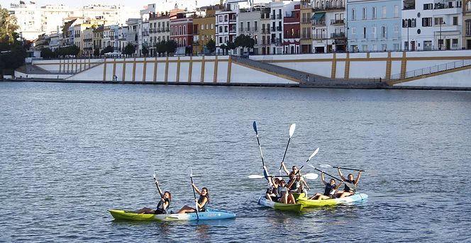 Guíamos rutas en kayak, realizamos cursos y actividades relacionadas con el mundo del piragüismo y el SUP por la ciudad de Sevilla.