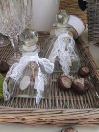 Parfumflesje bol met dop, kanten lint en sleuteltje Countryfield