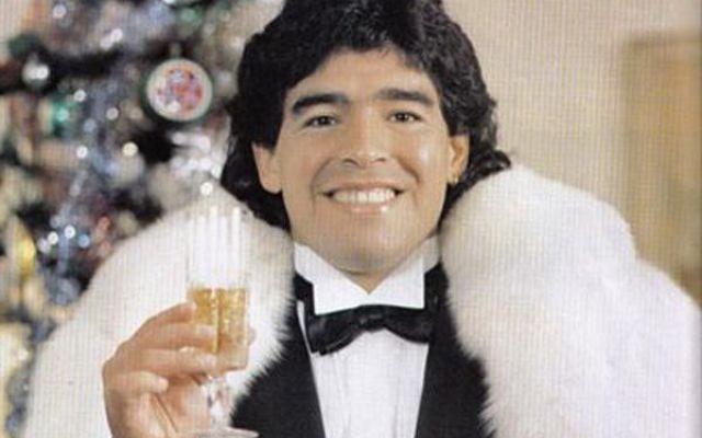 """Maradona. Fissata data e luogo del suo prossimo matrimonio a Roma da Papa Bergoglio. Maradona si sposerà a Roma. E ad officiare le nozze sarà Papa Bergoglio stesso. El Pibe - secondo la rivista """"Muy"""" che ha diffuso la notizia - avrebbe strappato al Pontefice la promessa di celebrare"""