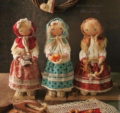 Купить или заказать Текстильные куклы матрешки. в интернет-магазине на Ярмарке Мастеров. Дуйте в дудки, бейте в ложки! В гости пришли куклы-матрешки:) Текстильные куклы матрешки, Маруся, Настена, Аленка, теплые, уютные, нежные, родные, искренние. Совсем немного бохо) Оберегают и хранят благополучие в доме. Использованы хлопковые ткани и кружева шелковые ленты, шелк, пряжа шерсть. Волосы мягкие, шелковистые, можно расчесывать и укладывать.Стоят с помощью подставки.