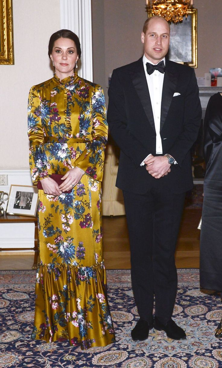 Durante su viaje oficial a Suecia, la duquesa de Cambridge nos ha regalado varios looks para no olvidar, pero quizás sea este vestido de Erdem el que más nos ha gustado. Largo, de flores y en el color de la próxima temporada: el mostaza. Aunque el original está agotado, te dejamos varios modelos en este tono para emular a Kate Middleton y convertirte en la invitada perfecta. ¡Y algunos los puedes encontrar en rebajas!