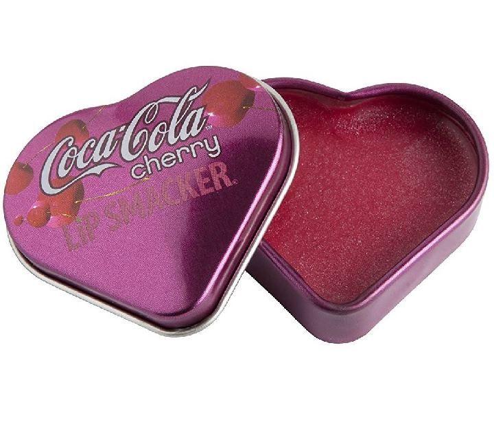 Άφησε τα χείλη σου να γευτούν την αναζωογονητική και αυθεντική γεύση της Coca – Cola, με τα Lip Smacker Coca – Cola Heart Tin Pot! Σε σχήμα καρδιάς, με retro σχεδιασμό και με το άρωμα του αγαπημένου αναψυκτικού, θα ενυδατώσουν και θα δροσίσουν τα χείλη σου στη στιγμή, δίνοντας τους λαμπερό τελ
