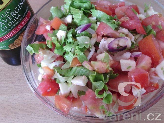 Snadný recept na chutný salát k dietnějšímu obědu, případně přílohu ke steakům.