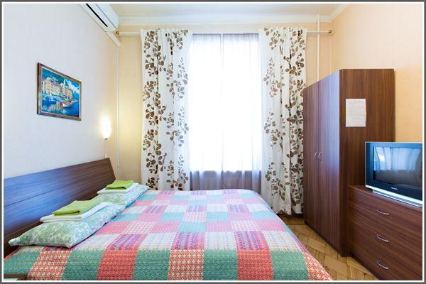 """Приятная атмосфера в мини-отеле На 1-ом Басманном  Москва  Мини-отель """"На 1 Басманном"""" предлагает комфортабельные и уютные номера по доступным ценам. В вашем распоряжении комнаты с удобной мебелью, кондиционером и бесплатный WI-FI.  Благодаря благожелательному персоналу в отеле и его аккуратности наши гости всегда чувствуют себя превосходно.Наш мини-отель расположен в центральном районе Москвы с развитой инфраструктурой. Отель – это место отдыха, поэтому мы предусмотрели все для того, чтобы…"""
