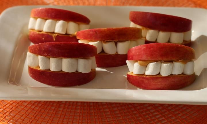 These scary Halloween chomping smiles can be made up in a flash because there's no actual cooking involved! We used red apples for lips and stuck our 'smiles' together with creamy peanut butter. Our pearly whites were made from mini-marshmallows.