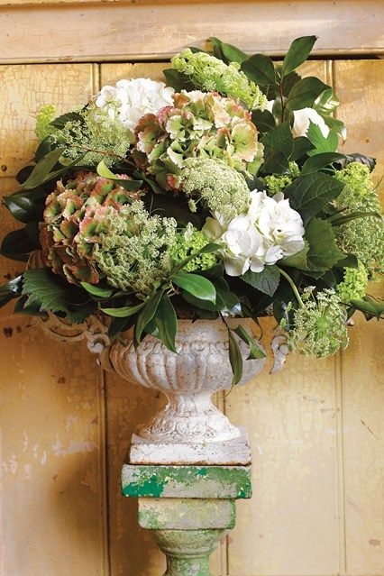 Beautiful, inventive ways to decorate with flowers and foliage.  With step by step directions.
