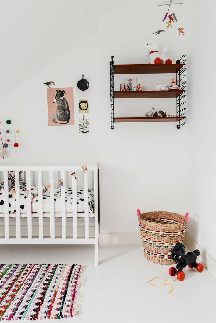 Home tour quand le rétro rencontre le scandinave. Chambre d'enfant; étagère String et tapis multicolore.