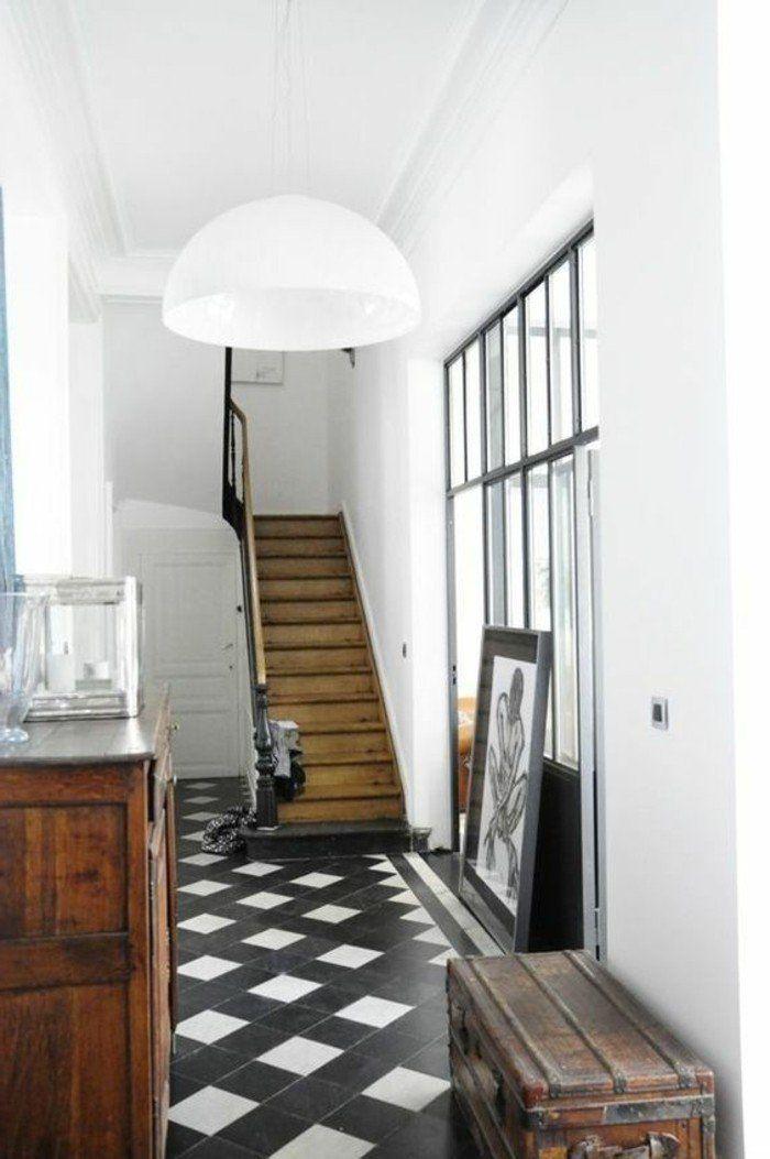 damier noir et blanc, escalier en bois; porte atelier et valise vintage