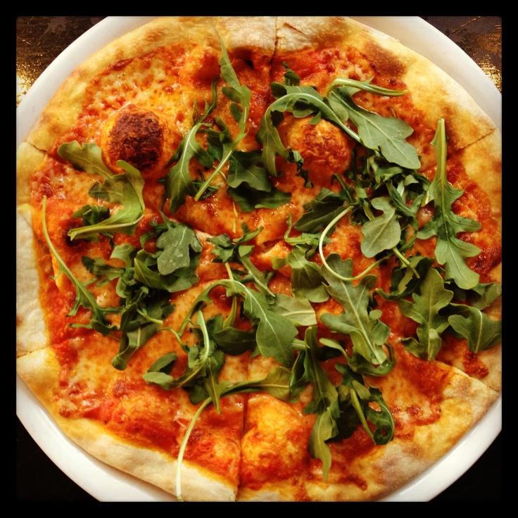 ... pomodoro e rughetta - Crushed tomato, mozzarella, arugula #fornobistro