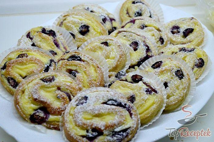 A vaníliás csiga áfonyával rendkívül finom, porhanyós sütemény ellenállhatatlan vaníliás krémmel. A friss gyümölcs csak fokozza az élvezeteket. A recept egyszerű, szinte alig kell nyújtani, a sütéshez pedig elég pár muffin forma. A kész süteményt már csak díszíteni kell.