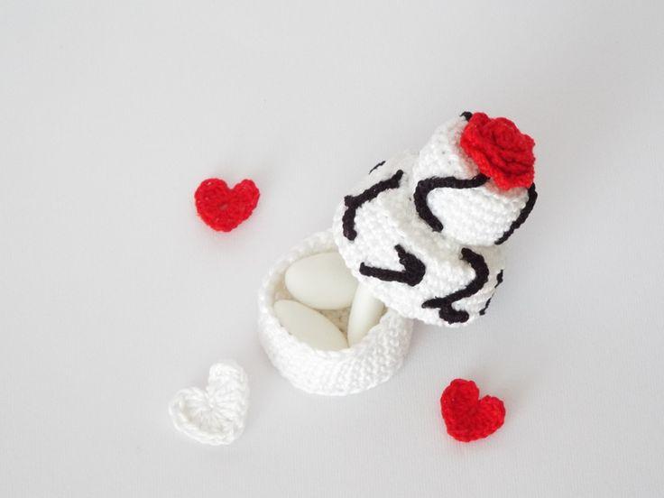 Mini wedding cake come segnaposto o bomboniera all'uncinetto per il matrimonio. Decorazioni all'uncinetto e indicazioni passo passo.