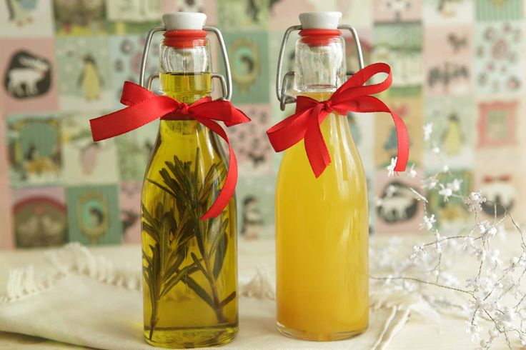 Essig und Öl sind ein exzellentes Duo. Erst recht dann, wenn man sie selbst aromatisiert. Ein feines und praktisches Geschenk!