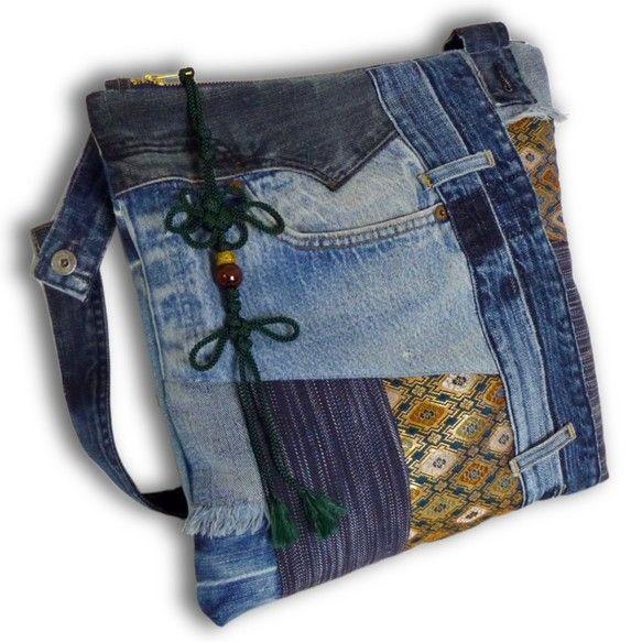 一点もの。古着ジーンズと帯と手染め藍染めデニムの大きめなリメイクメッセンジャーバッグです。 カジュアルファッションにお勧めです。バッグの内側は、無地の着物地の...|ハンドメイド、手作り、手仕事品の通販・販売・購入ならCreema。
