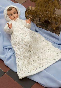 Hermosa opción de conjunto de ropón y gorrito calado para vestir a tu Niño Dios.