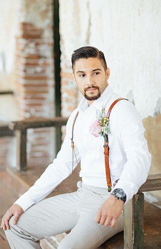 Traje de novio estilo español con tirantes de cuero. Spanish-style groom attire with leather suspenders.