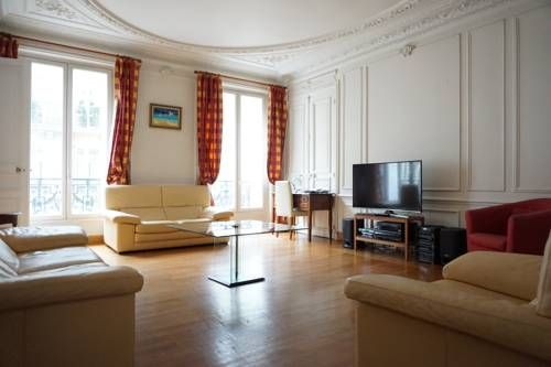 Apartment Avenue d'Iéna - Paris 16 Paris Set in Paris, this apartment is 600 metres from Arc de Triomphe. The apartment is 1.1 km from Eiffel Tower.  The unit fitted with a kitchen with an oven and microwave. A TV is featured.  Palais des Congrès de Paris is 1.